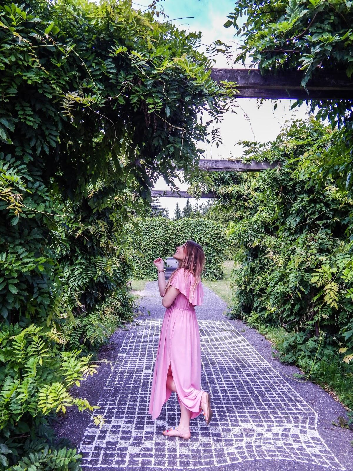 15 długa sukienka maxi hiszpanka wakacyjna stylizacja sandały z pomponami kolorowymi stylizacja zdjęcia modne maxi na lato stylizacje na komunie na wesele jasny róż