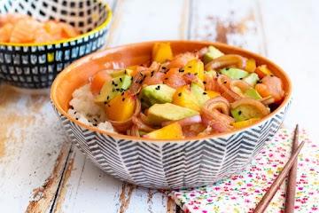 Poke bowl saumon avocat et pêche