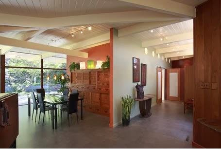 Remodelaci n de casa antigua para convertirla en moderna for Casas modernas con puertas antiguas