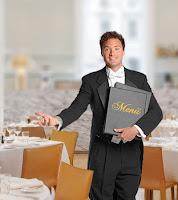 Bir restoranda kucağında menüyle müşteri karşılayan bir metrdotel, şef garson ya da baş garson