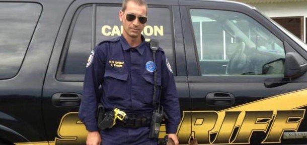 Oficial es emboscado por 3 asesinos, su perro policía aparece y le salva la vida; es un héroe