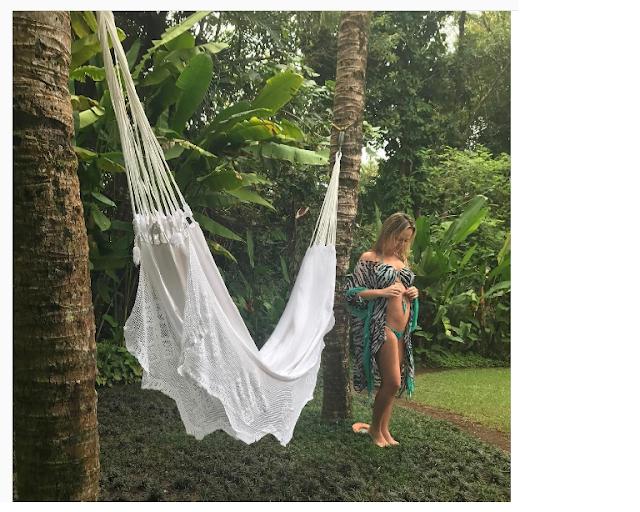 Eliana posa de biquíni exibindo a barriguinha nas redes sociais