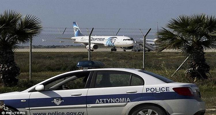 أول تصريح لقائد الطائرة المصرية بعد تحريرها و اعتقال الخاطف