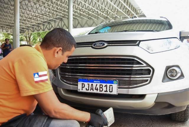 Veículos começam a circular com placa Mercosul na Bahia; Detran amplia atendimento