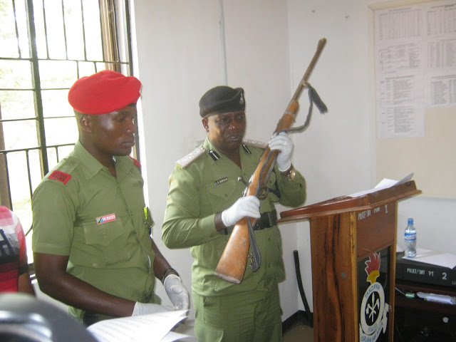 Jeshi La Polisi Lakamata Majangili 9 Waliotungua Helkopta na Bunduki 29.....Miongoni Mwa Waliokamatwa ni Mhifadhi wa hifadhi ya Ngorongoro