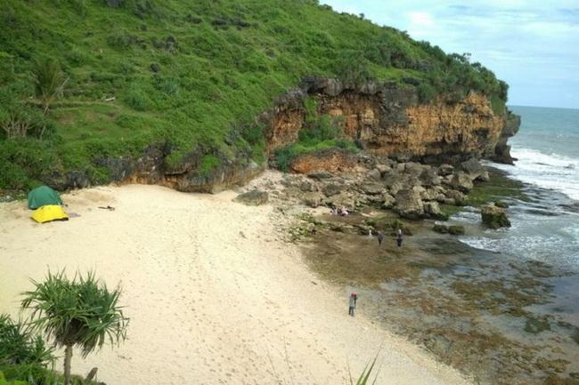 Xvlor Ngeden Beach is hidden coastline and white sand between karst cliffs
