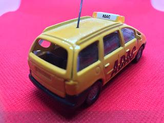 フォード ギャラクシー のおんぼろミニカーを斜め後ろから撮影