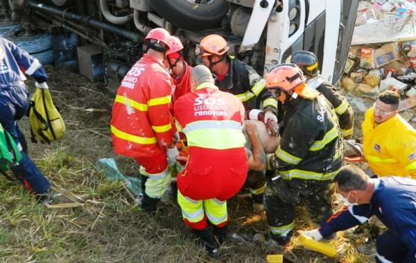 Bombeiros e Renovias levam quase 2 horas para retirar motorista preso em ferragens em acidente na SP 340