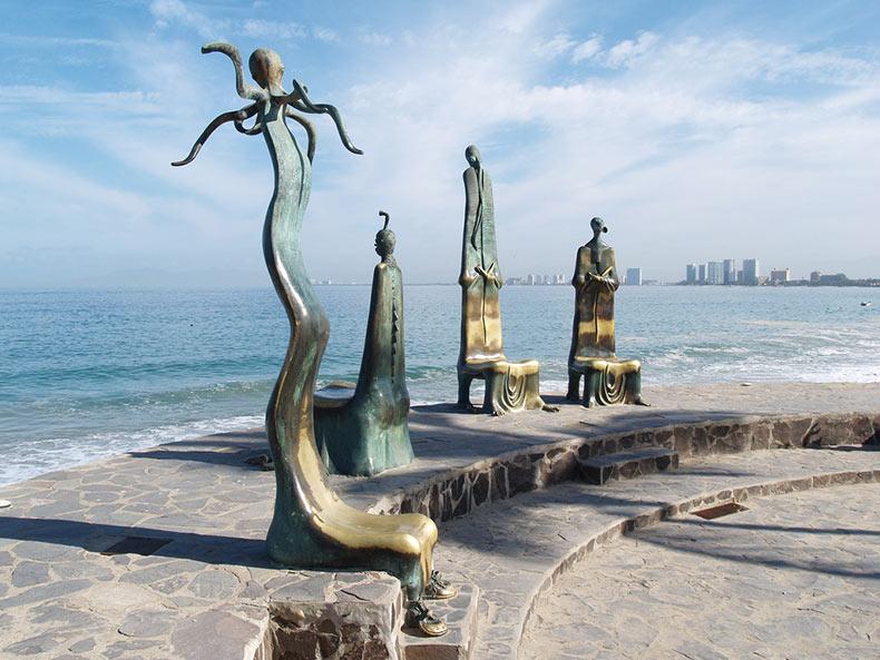 Un altar Lovecraftiano de sillas de bronce de pesadilla se sienta ominosamente en un paseo marítimo en Puerto Vallarta