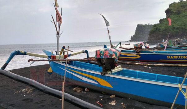 Pantai Dampar di Desa Bades