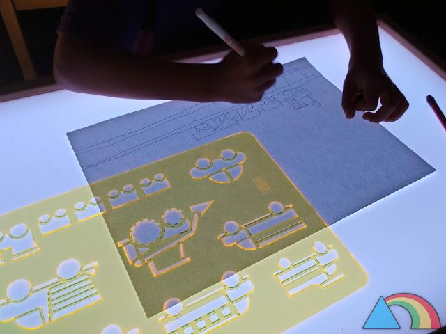 Dibujo con plantillas translúcidas sobre mesa de luz