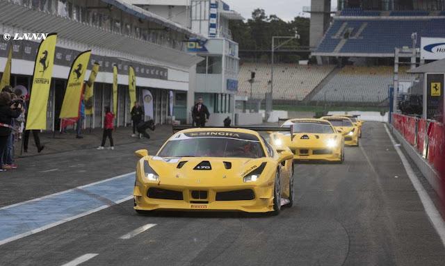 Gelbe 488 Ferrari Challenge Autos auf dem Weg zum Ring, Gelbe Fahnen im Hintergrund