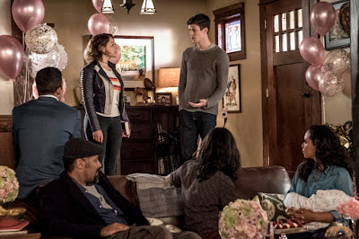 """The Flash -- """"Nora"""" -- Image Number: FLA501a_0133b.jpg -- Pictured (L-R): Keiynan Lonsdale as Wally West, Jesse L. Martin as Detective Joe West, Jessica Parker Kennedy as Nora West - Allen, Grant Gustin as Barry Allen, Carlos Valdes as Cisco Ramon and Danielle Nicolet as Cecile Horton -- Photo: Katie Yu/The CW -- © 2018 The CW Network, LLC. All rights reserved"""