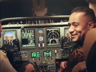 شاهد بالفيديو :محمد رمضان يسوق طائرة ركاب مدنية ،ويثير الاتقادات