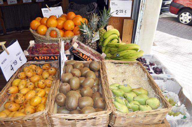 frutas en cestas y cajas