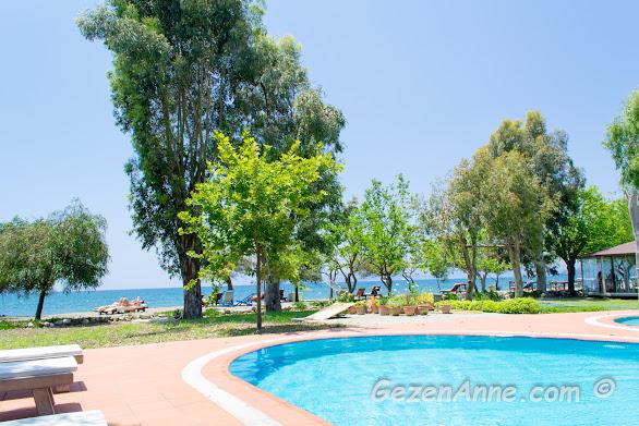 havuz kenarında, deniz manzarasına karşı dinlenirken, Yonca Lodge Yanıklar Fethiye