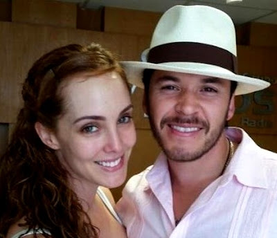Foto de Raúl Sandoval feliz con su pareja