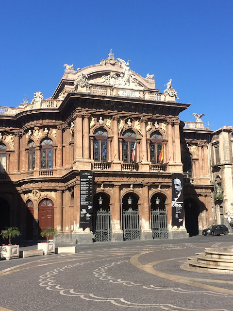 Katania, Piazza Vincenzo Bellini, widok na XIX-wieczną operę Teatro Massimo Bellini