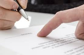 assinando contrato de trabalho