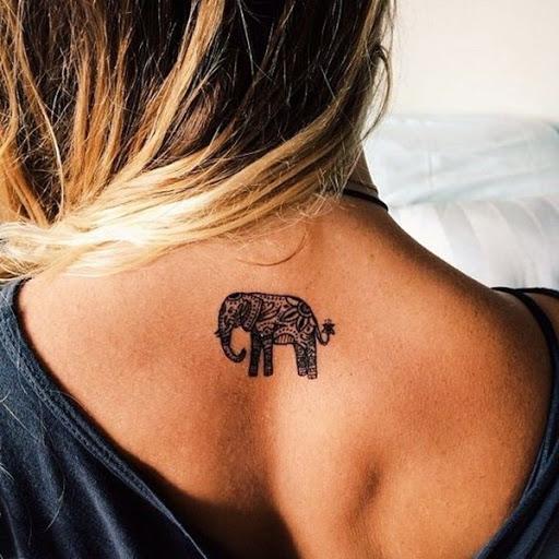Ainda outro exemplo de um elefante coberto em um padrão de mandala é visto entre o utente omoplatas neste tatuagem.