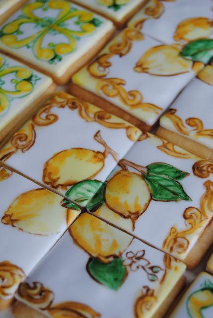 biscotti dipinti in stile ceramica vietri per un compleanno
