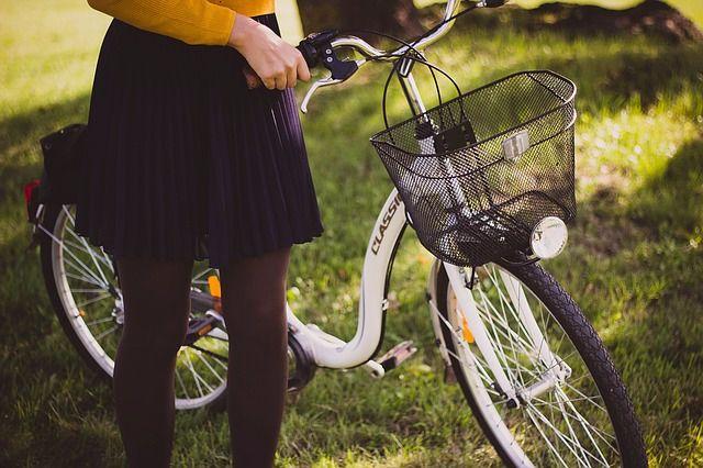 白い自転車と女の子
