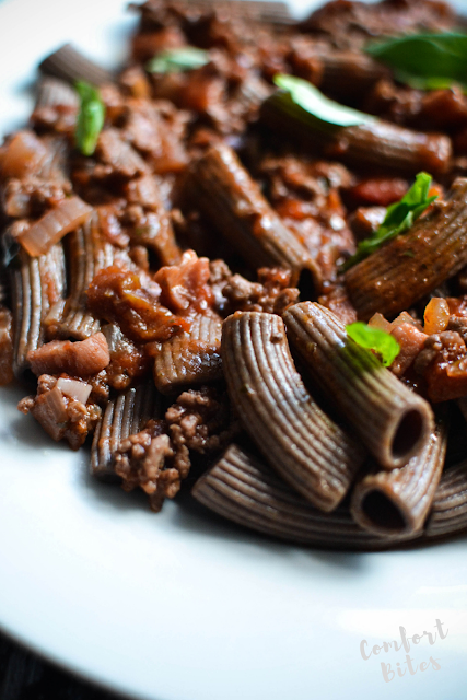 Flaxseed pasta paleo with tomato sauce and beef