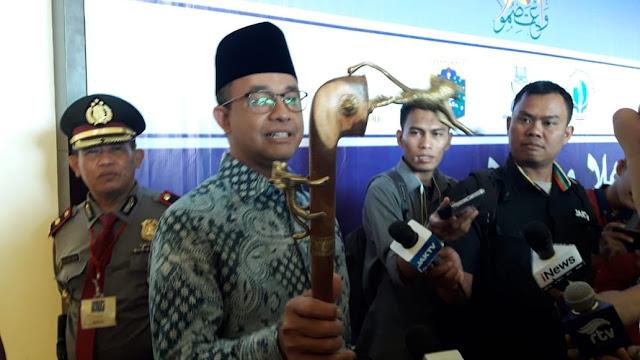 Tutup Forum Ulama Afrika-Eropa, Anies Diberi Hadiah Tongkat Komando Lambang Harimau