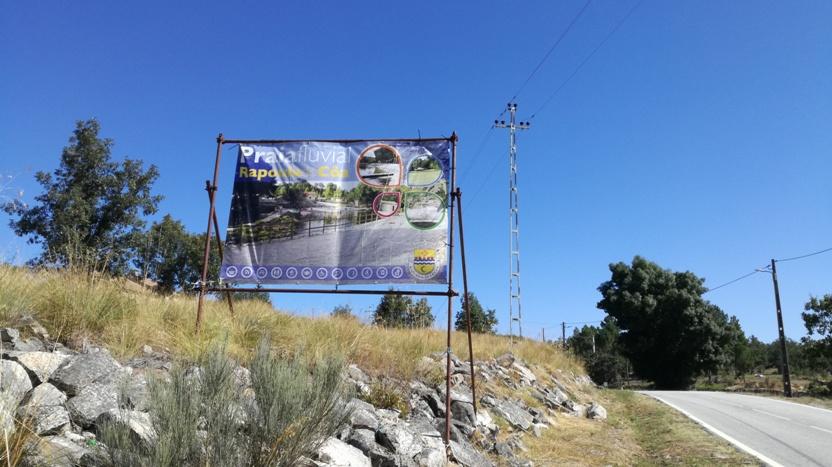 Placa á entrada de Rapoula do Cõa