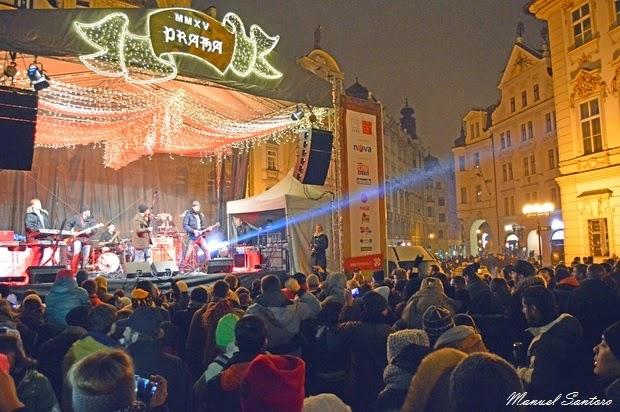 Praga, band si esibiscono in Piazza della Città Vecchia