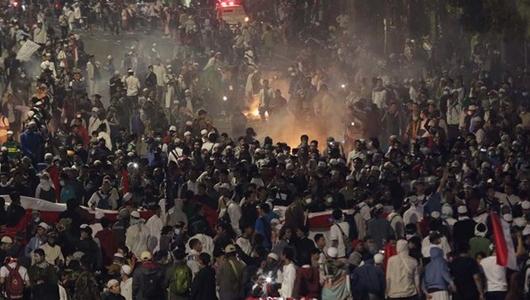 Pos Polisi di Thamrin Dibakar, Polisi Semprot Massa dengan Water Cannon