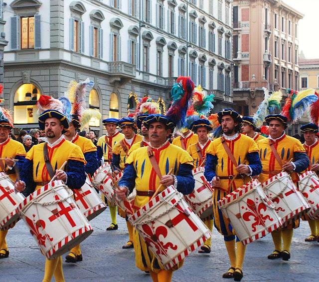 Na Europa, até hoje as antigas confrarias de ofícios e de bairros rememoram suas tradições. Foto em Florença, Itália.