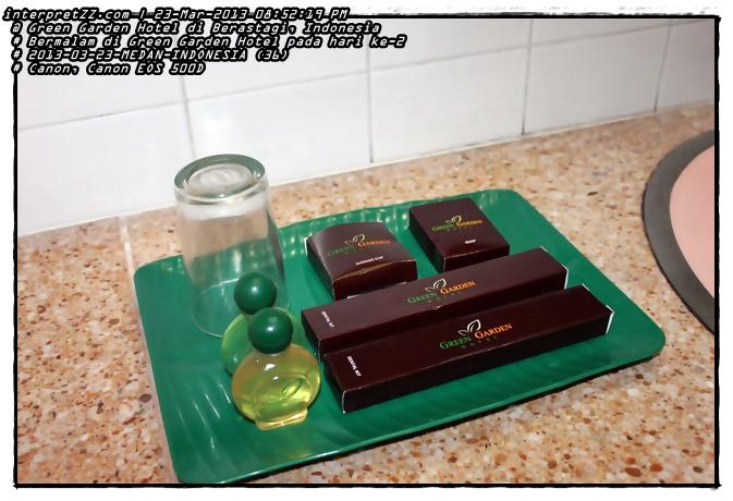 Gambar peralatan di tandas. Seperti tipikal hotel lain, Green Garden Hotel turut menyediakan tudung mandi (shower cap), sabun (soap), dan berus gigi (dental kit).