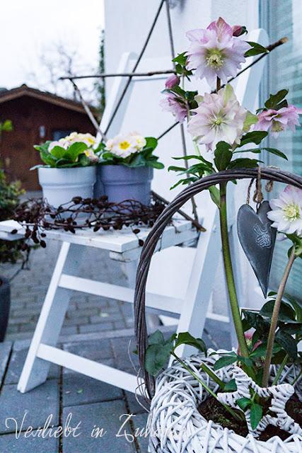 Die Haustürdeko: Mit meinem geliebten Stuhl, einem Stern aus Ästen und schönen Blumen