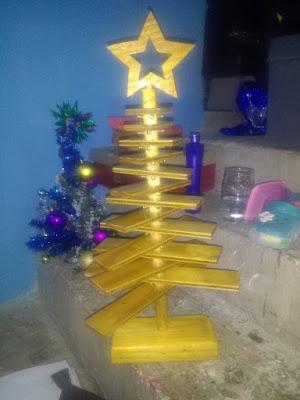 Árbol de Navidad hecho con madera
