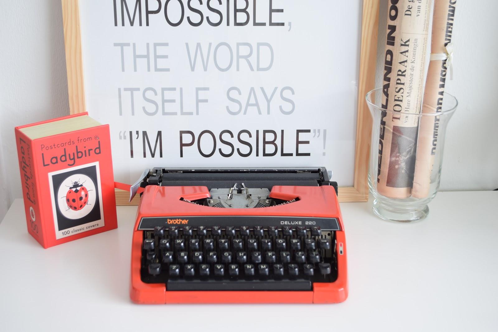 maszyna do pisania w kolorze czerwonym