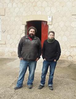 Julian y Susana en la puerta de la cervecera de El Oso y el Cuervo