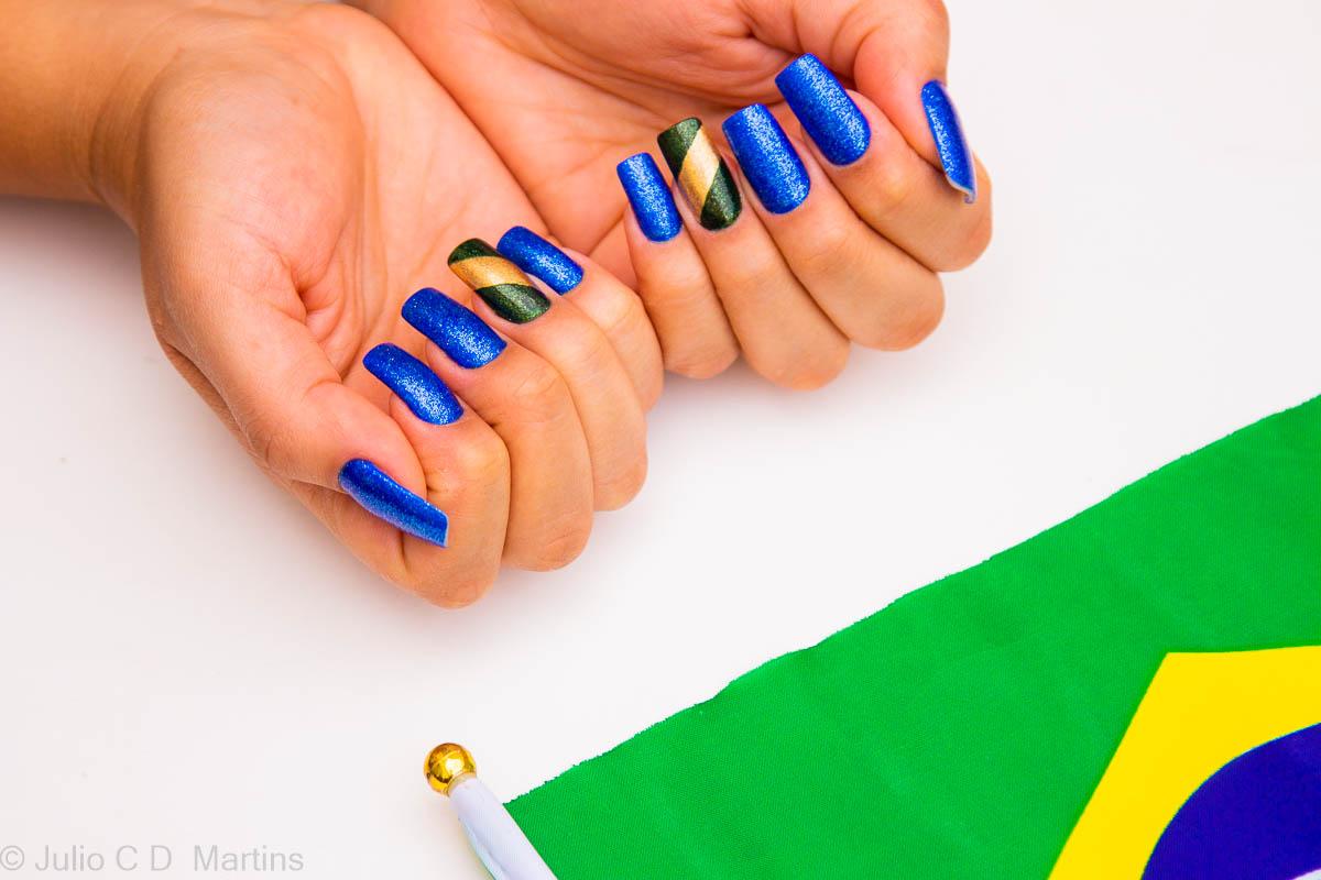 Unhas para a Copa do Mundo 2018: azul e dourado com glitter