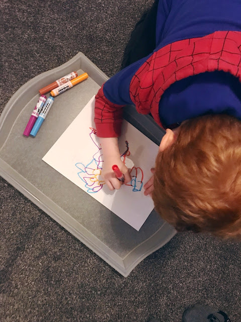 Child drawing with felt tips pens