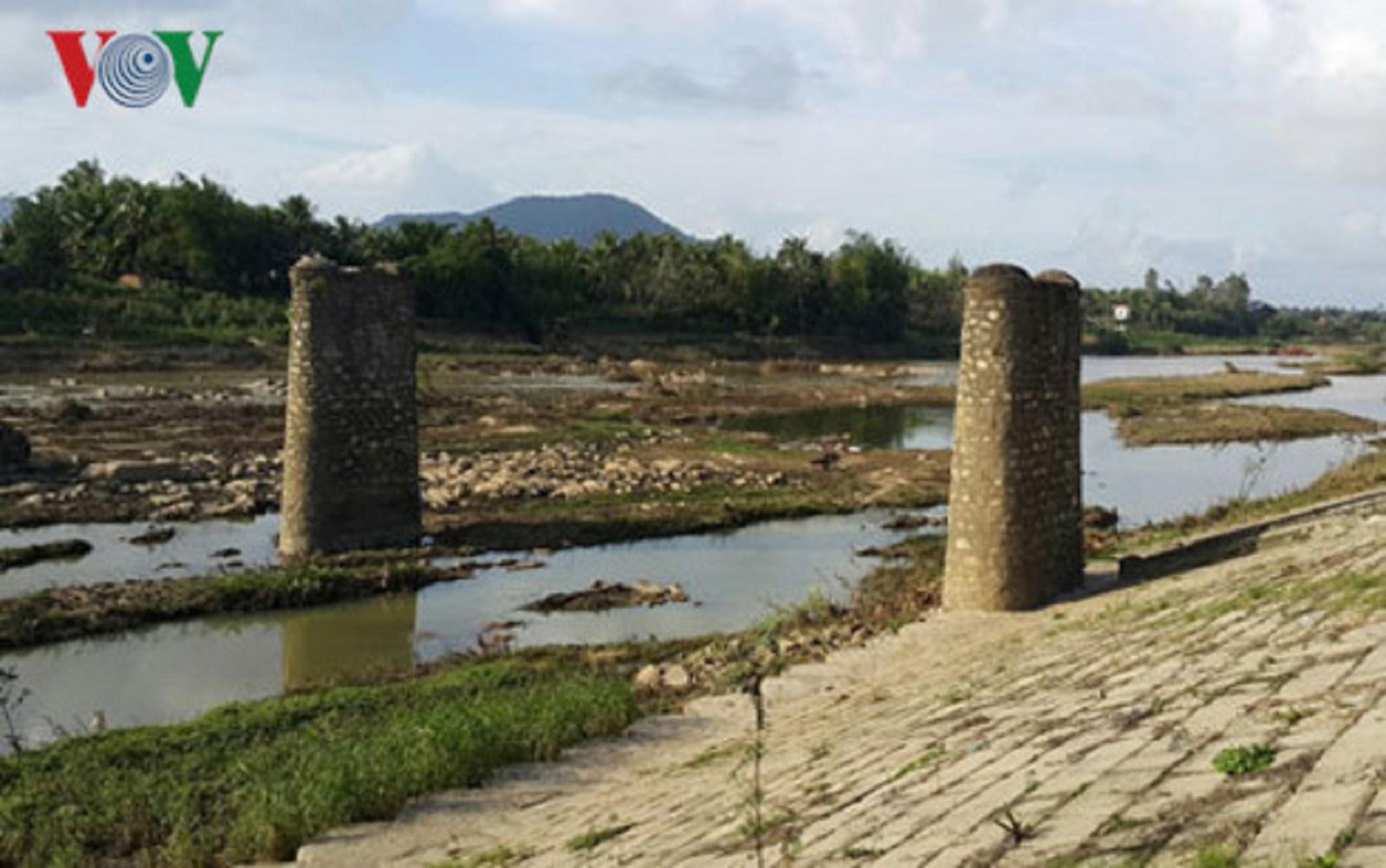 """Gia Lai: Sông Ba trơ đáy, thủy điện """"làm ngơ""""?"""