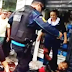 Policial chuta cabeça de colega baleado por ter sido confundido com bandido