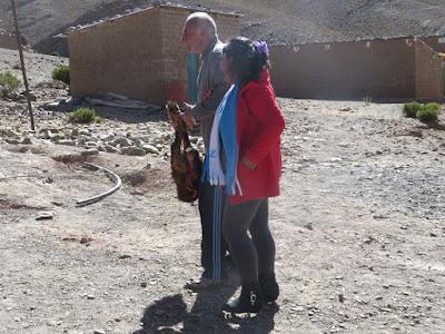 Nach dem Gottesdienst ein Tänzchen mit einer der Festausrichterinnen und einem Ziegenbein. Letzteres kam dann in die Pfarrhausküche