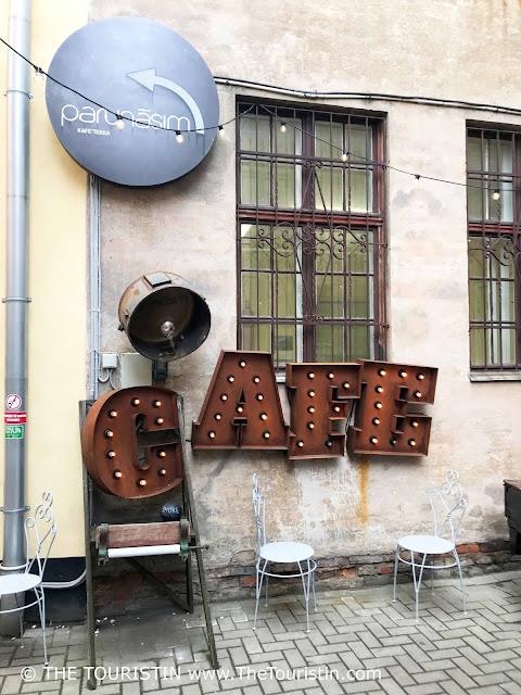 Parunāsim kafe'teeka. Mazā Pils iela 4, Centra rajons, Rīga, cafe sign
