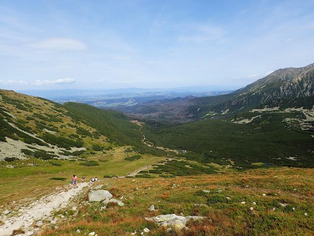 Zielona Dolina Gąsienicowa (która w lecie faktycznie jest zielona) i daleko w dole Murowaniec