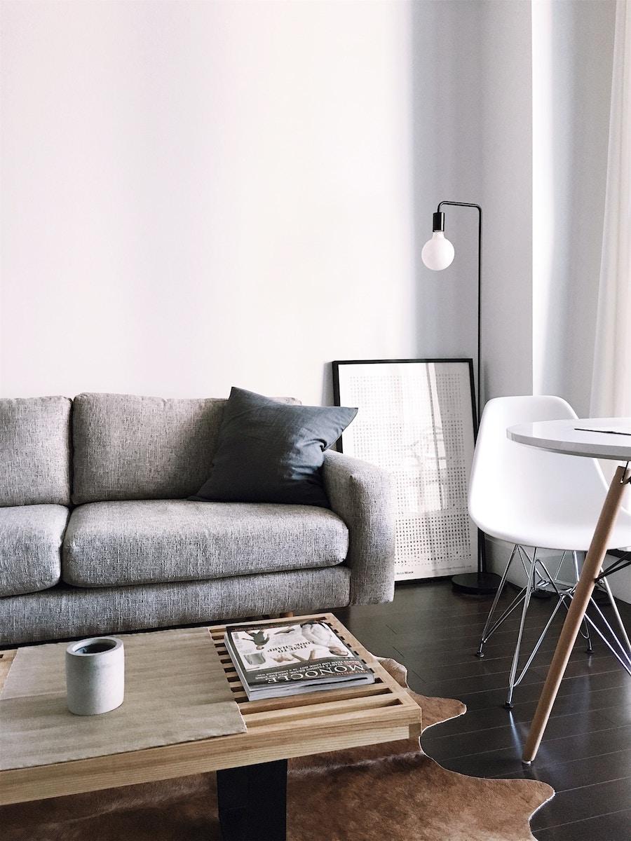 Salón minimalista con paredes blancas y muebles de madera