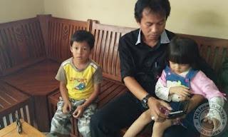Kedua anak ditinggal dimasjid