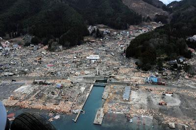 東日本大震災で壊滅した海辺の町を上空から米軍ヘリが撮影