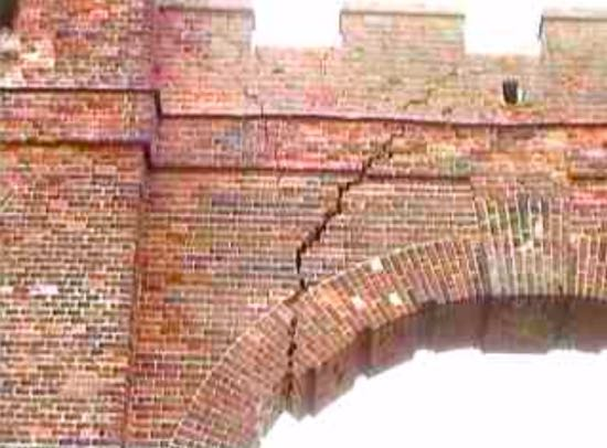 The crack in Folly Arch in 1999  Image from the North Mymms History Project released under Creative Commons