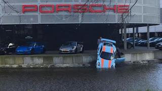 Salah Parkir, Mobil Porsche 911 GT3 Nyemplung di Diler