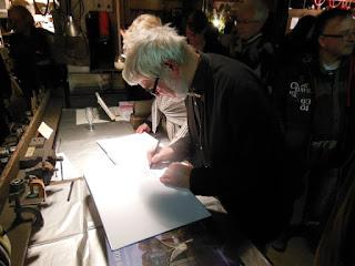 Der Metall-Künstler signiert während 'Advent in der Schmiede' sein Buch 'Achim Kühn - Werkverzeichnis'